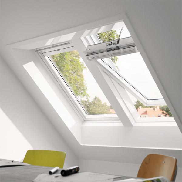 Innenraumszene mit VELUX INTEGRA Solar-Dachfenstern