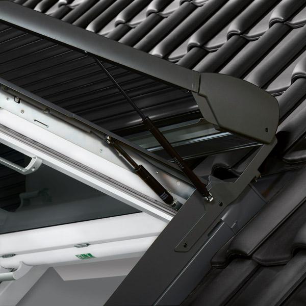 Detailansicht eines Solar-Rollladens SST auf einem geöffneten Wohndachausstiegsfenster