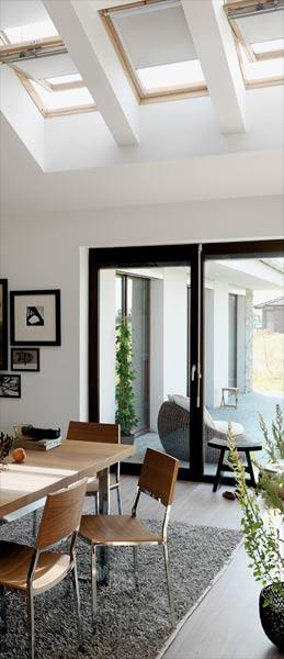Modernes Speisezimmer mit Holzdachfenster-Drilling